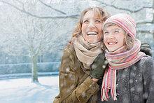 Glückliche Mutter und Tochter im Schnee