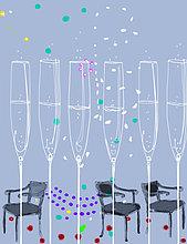 Reihe von Sektgläsern mit Konfetti und leeren Stühlen