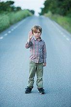 stehend ,zeigen ,Junge - Person ,Fernverkehrsstraße ,Ende ,einstellen