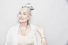 Senior, Senioren ,Portrait ,Frau ,halten ,Kosmopolit ,Studioaufnahme