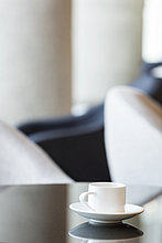 Polen, Warschau, Kaffeetasse im Aufenthaltsraum des Hotels