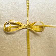 Geschenk ,hoch, oben ,nahe ,Verpackung ,Band, Bänder ,binden ,Unterricht ,Gold ,umwickelt