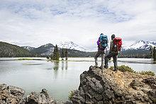 stehend ,Landschaftlich schön, landschaftlich reizvoll ,Backpacker ,Aussichtspunkt