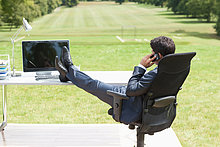 hoch, oben ,sitzend ,Schreibtisch ,sprechen ,Geschäftsmann ,Telefon ,Feld ,Handy