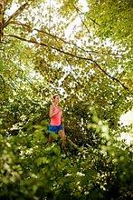 Junge Frau läuft durch den Wald