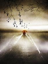 Einsame Frau mit rotem Regenschirm auf einem stimmungsvollen Steg