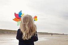 Windturbine, Windrad, Windräder ,Papier ,Strand ,Rückansicht ,Ansicht ,Niederlande ,Mädchen