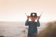 Junge - Person,Hut,halten,Spielzeug,Kleidung,Sand,Düne,Cowboy,Sheriff
