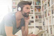Mann hört Musik im Wohnzimmer