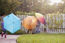 tragen,Junge - Person,Schwester,Regenschirm,Schirm,Garten,2,spielen