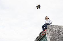 Dach,sitzend,Garage,fliegen,fliegt,fliegend,Flug,Flüge,Überprüfung,Junge - Person,Hobel