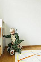sitzend,Interior,zu Hause,Junge - Person,Auto,klein,Spielzeug,Kleidung,Kostüm - Faschingskostüm,Verkleidung,Dinosaurier