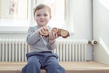 Interior,zu Hause,Junge - Person,klein,spielen,Holzspielzeug