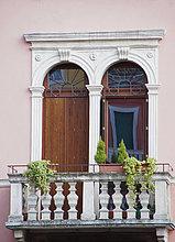 Balkon und Rundbogenfenster, Verona, Italien