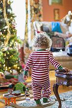nahe,Europäer,Junge - Person,Spielzeug,Weihnachtsbaum,Tannenbaum,Baby,spielen