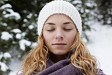 junge Frau,junge Frauen,Portrait,bedecken,Baum,geschlossen,frontal,Close-up,Tanne,Schnee
