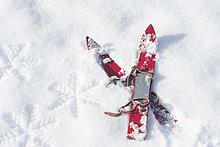 Deutschland, Paar rote Kinderski auf Schnee