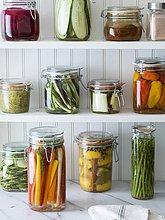 Eingemachtes Obst und Gemüse auf Regalen in der Speisekammer