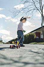 ziehen,Junge - Person,Auto,Weg,Garten,Spielzeug,Länge,Wanderweg,voll
