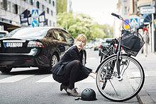 Geschäftsfrau,sehen,Straße,wegsehen,Reise,Fahrrad,Rad,reparieren