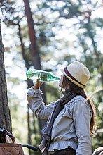 Wasser,Frau,Fahrradfahrer,Wald,reifer Erwachsene,reife Erwachsene,trinken,Flasche