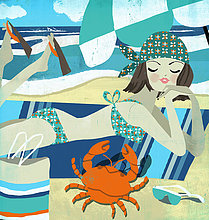 Junge Frau als Krebs-Sternzeichen im Bikini am Strand schaut auf eine Krabbe