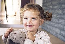 Portrait,lächeln,klein,halten,Spielzeug,belegt,Mädchen