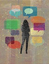 Junge Frau umgeben von einem Netzwerk aus Sprechblasen