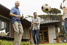 Freundschaft,Garten,reifer Erwachsene,reife Erwachsene,Fußball,spielen