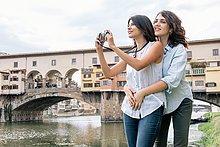 stehend,benutzen,Fotografie,nehmen,umarmen,Fluss,frontal,Homosexuelle Frau,Frauen,Lesbisch,Lesbe,Lesben
