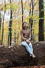 Baum,Wald,tagträumen,Herbst,Baumstamm,Stamm,Mädchen