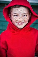 Portrait,Fröhlichkeit,Junge - Person,Kapuzenjacke,rot,Sommersprosse,Kleidung