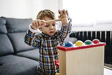 Junge - Person,klein,Spielzeug,spielen,Geschicklichkeit