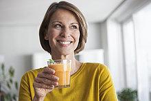 Lächelnde Frau mit einem Smoothie