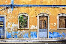 Portugal, Fassade eines alten verlassenen Hauses