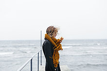stehend,junge Frau,junge Frauen,über,Schal,Meer,Kai,Ansicht,Kleidung,Seitenansicht