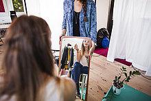 eincremen,verteilen,Fotografie,Assistent,Mittlerer Ausschnitt,Modell,halten,Schminke,Studioaufnahme,auftragen,Mode,Spiegel