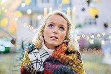 junge Frau,junge Frauen,Portrait,Decke,Verpackung,frontal,Beleuchtung,Licht,Weihnachten,umwickelt