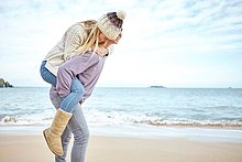 Mann,Freundin,geben,Strand,Großbritannien,huckepack,jung