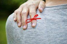 Rotes Band am Zeigefinger gebunden