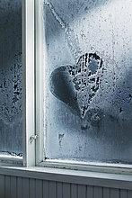 Herzform in Frost auf Witwe