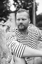 Schweden, Gotland, Portrait eines reifen Mannes in gestreiftem Hemd