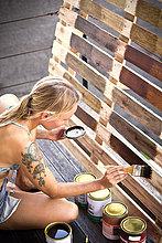 Frau trägt Glasur auf Palette auf