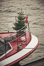 Weihnachtsbaum auf einem Ausflugsschiff, Elbe, Hamburg, Deutschland, Europa