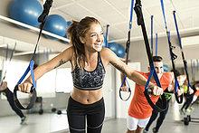 Leute, die im Fitnessstudio trainieren.
