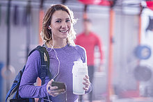 Porträt der lächelnden jungen Frau im Fitnessstudio