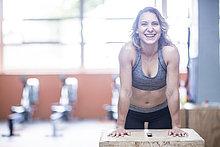 Porträt einer glücklichen jungen Frau im Fitnessstudio