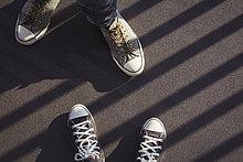 Füße eines Paares mit Turnschuhen