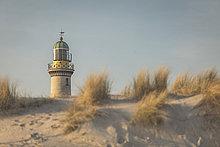 Deutschland, Warnemünde, alter Leuchtturm, Dünen im Morgenlicht