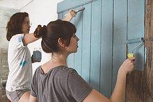 Junge Freunde malen Tür in Blau